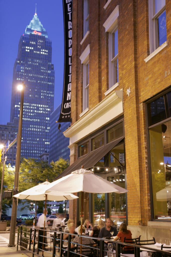 Alfresco dining at Metropolitan Caf_.
