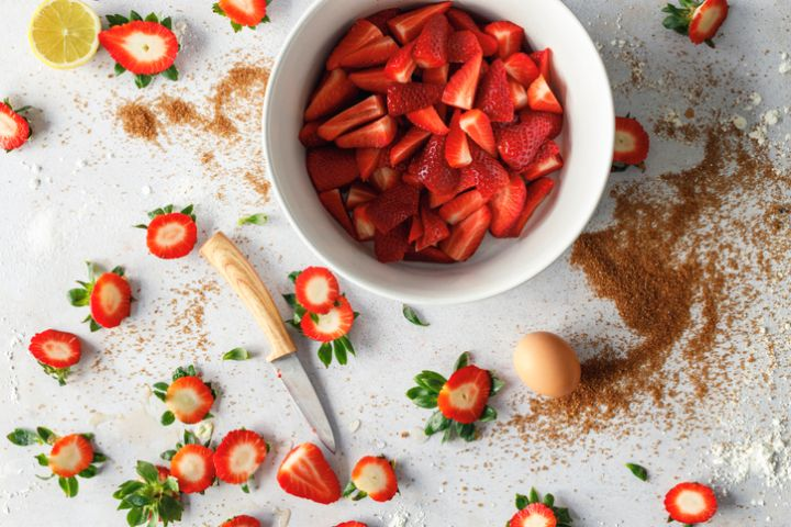Preparation of strawberries for strawberry sweet pie
