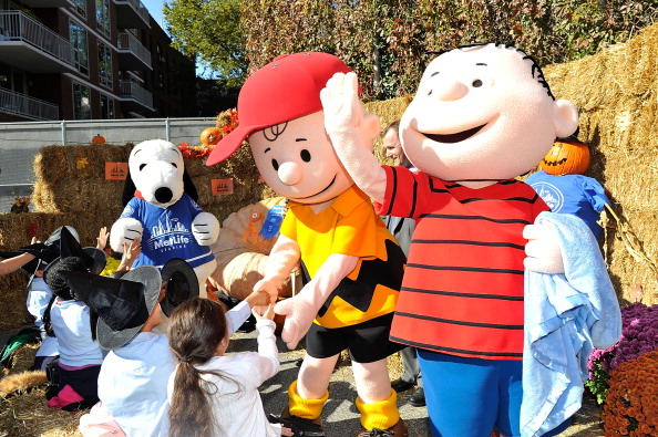 """Justin Tuck And Snoopy Read """"It's The Great Pumpkin, Charlie Brown"""""""